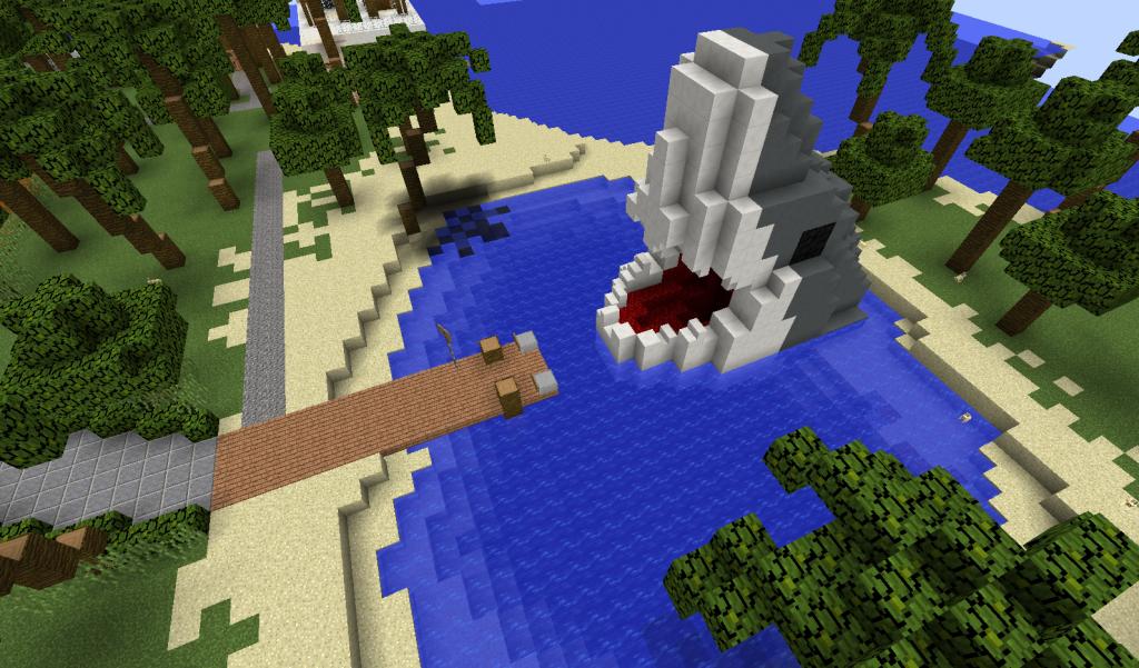 Pieni laguuni, jossa on laituri ja rakennelma.