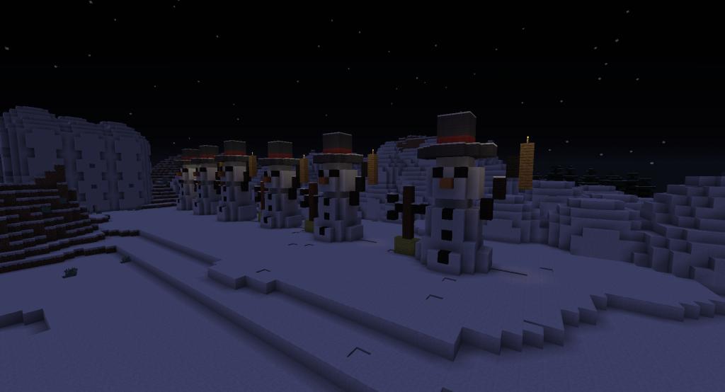 Lumiukkoja seisoo rivissä yöllä lumisessa maisemassa.